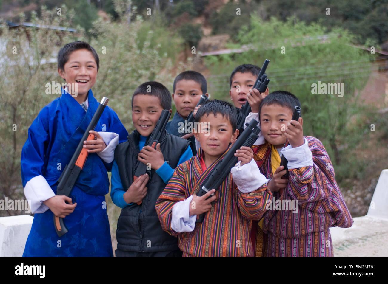 Giovani ragazzi bhutanesi giocando con le loro pistole giocattolo, Paro, Bhutan Immagini Stock
