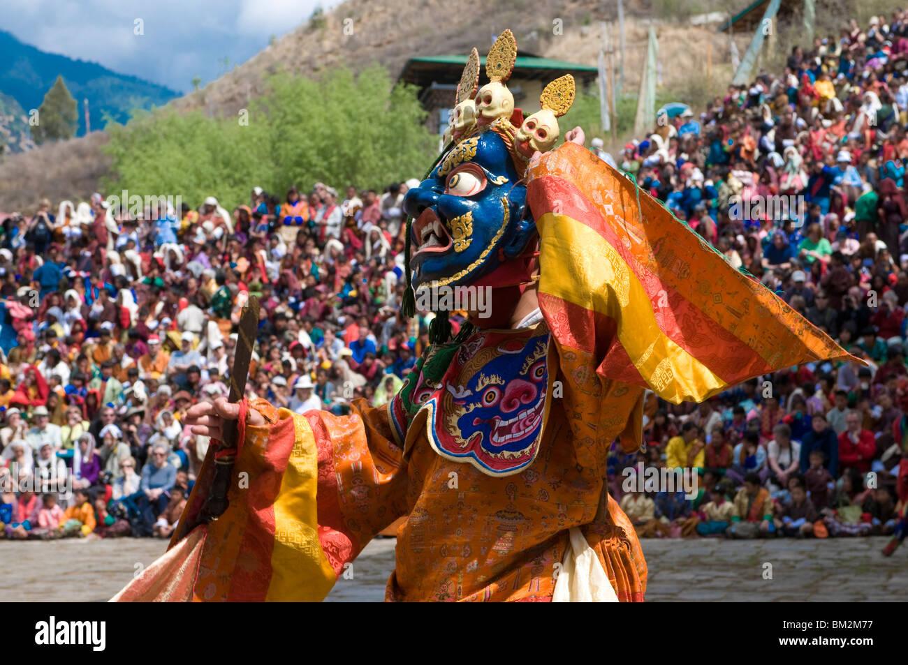 Tradizionalmente condita danzatrice presso il Paro Tsechu, una danza religiosa cerimonia, Paro, Bhutan Immagini Stock