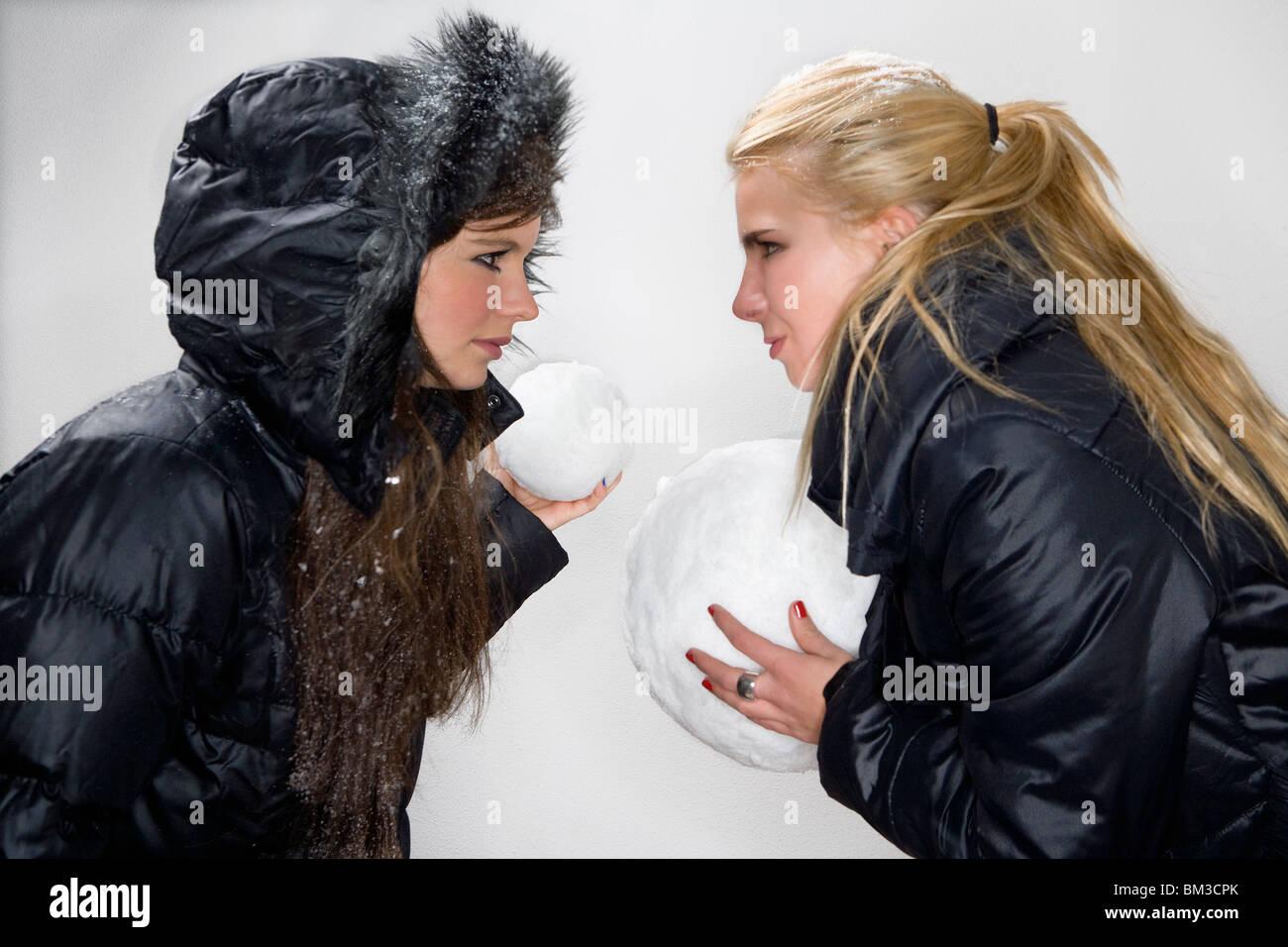 Ragazze competere con snowballs Immagini Stock