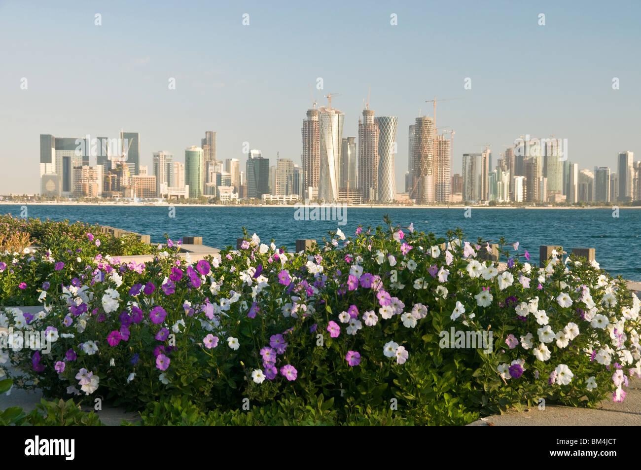 Il Qatar Doha, le torri della città attraverso la baia di Doha Immagini Stock