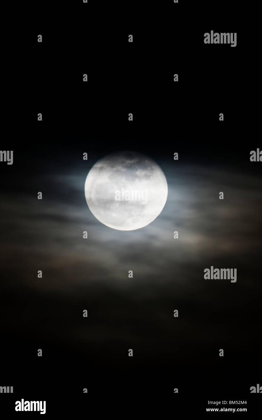 La luna piena sorge sopra il piccolo paese di montagna di salida, Colorado, STATI UNITI D'AMERICA Immagini Stock