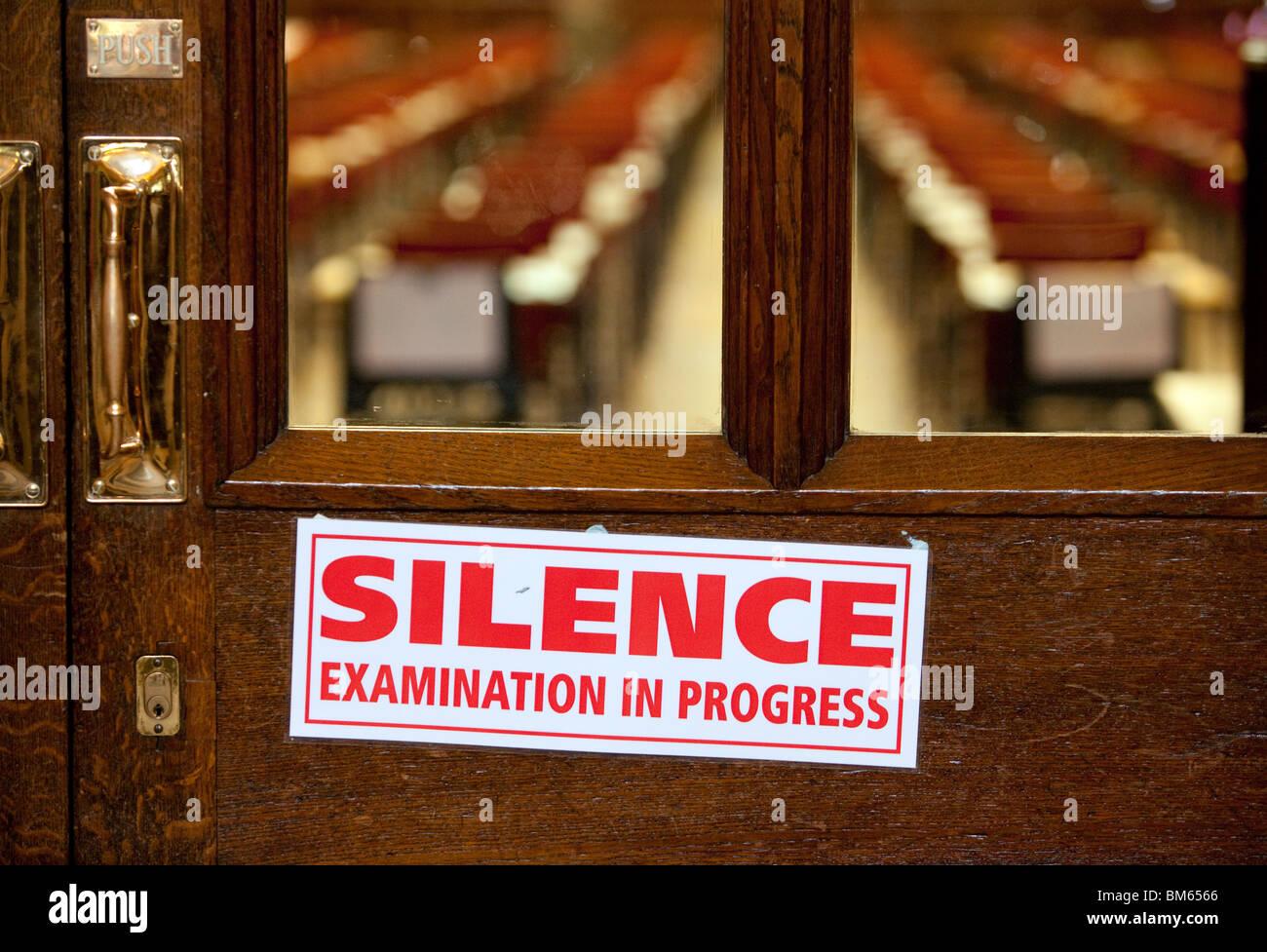 Un silenzio cartello sulla porta di una sala in attesa di studenti a sostenere gli esami a Univeristy di Birmingham, Foto Stock
