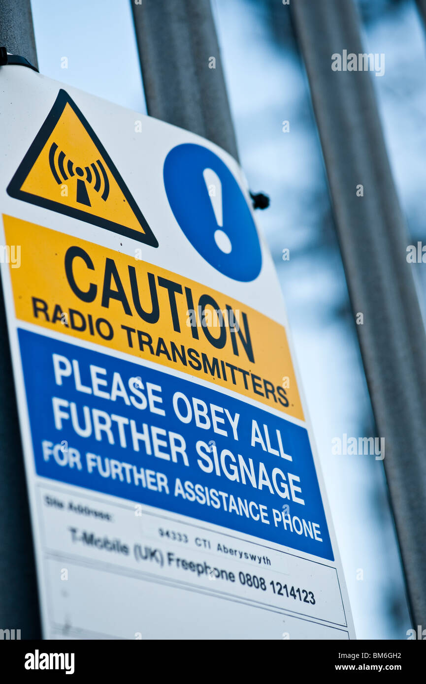 Attenzione radio trasmettitore di radiazione segni di pericolo sul telefono cellulare di montante, REGNO UNITO Immagini Stock