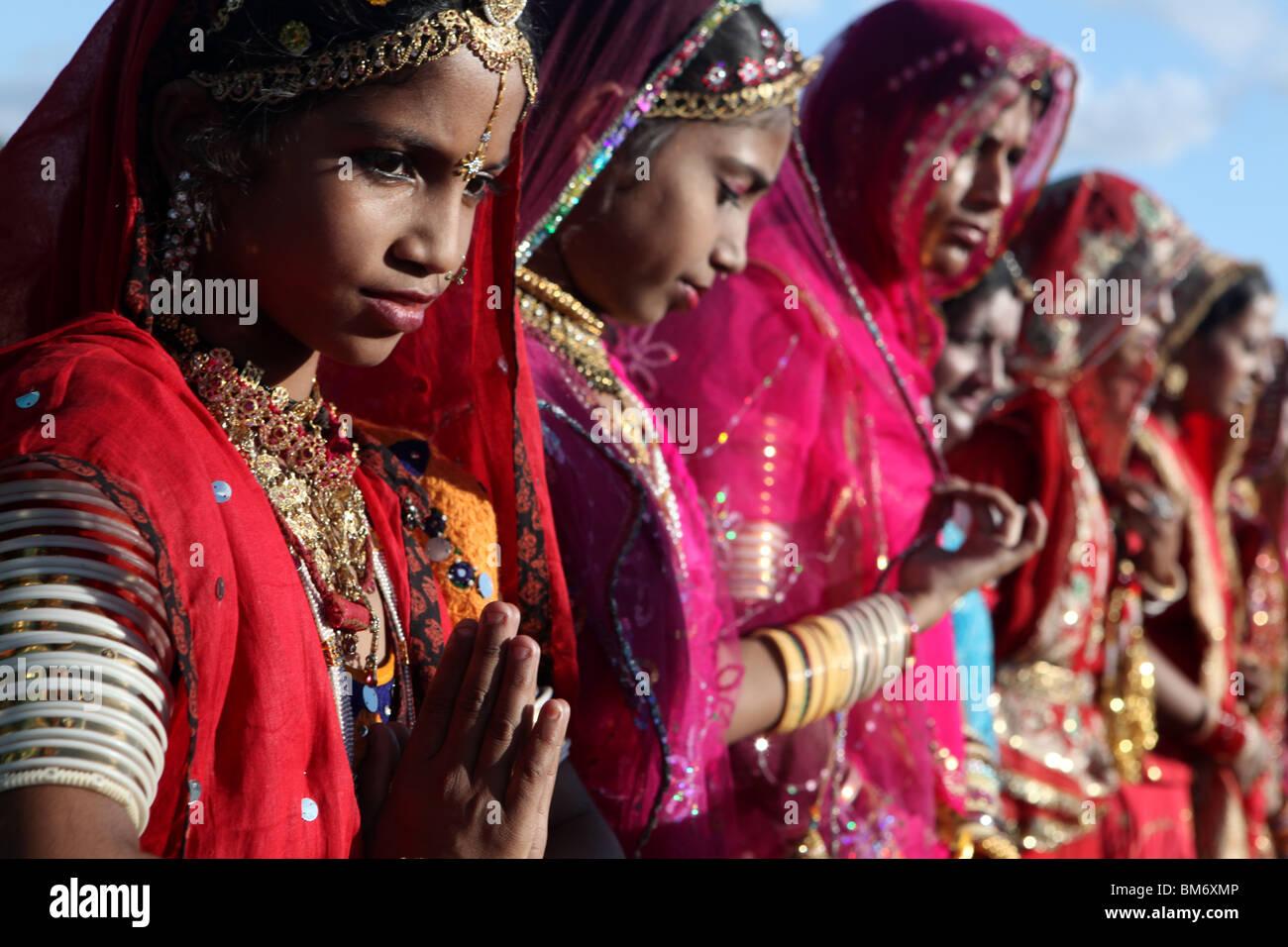Giovani donne indiane competere per il miglior vestito al 2009 Marwar Festival tenutosi nello stadio di Jodhpur, Immagini Stock