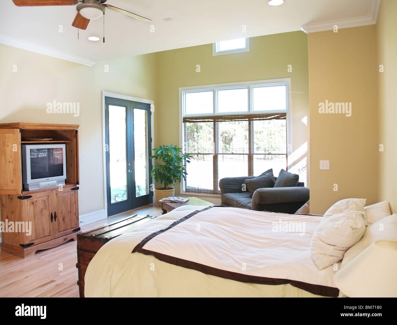 Una luminosa camera da letto in stile rustico in un moderno american ...