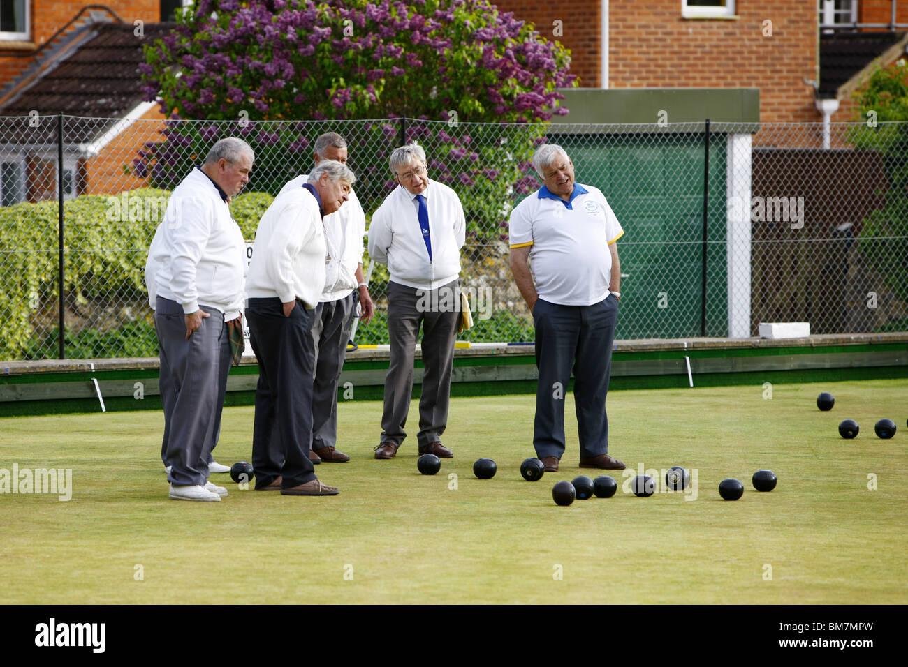 Una corona verde serata di bocce tournament - un bel gioco di sedare per i pensionati ma uno sport molto competitivo Immagini Stock