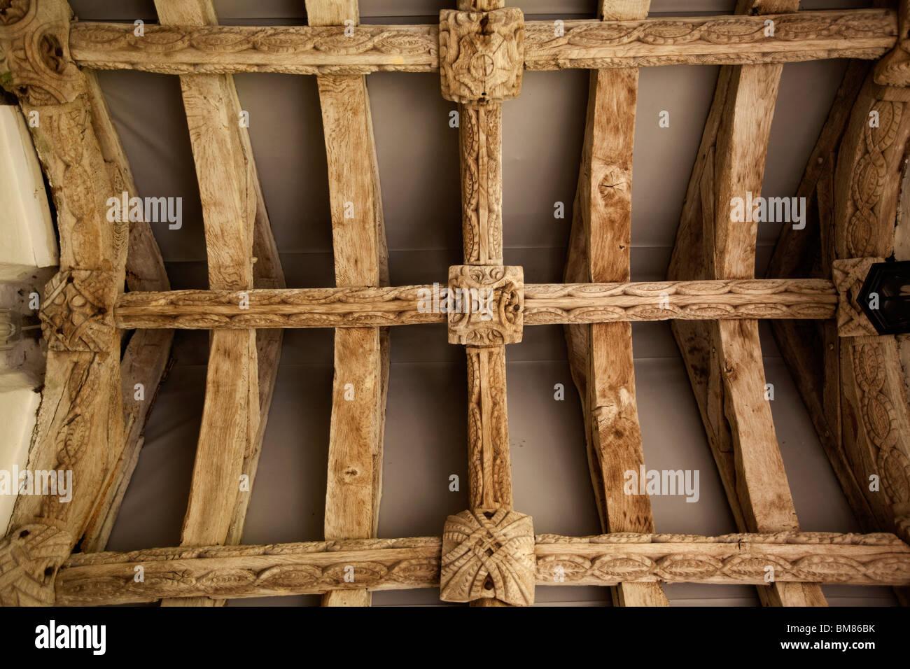 Regno Unito, Cornwall, Laneast, la chiesa di St Sidwell e St Gulval, portico, quercia antica struttura del tetto Immagini Stock