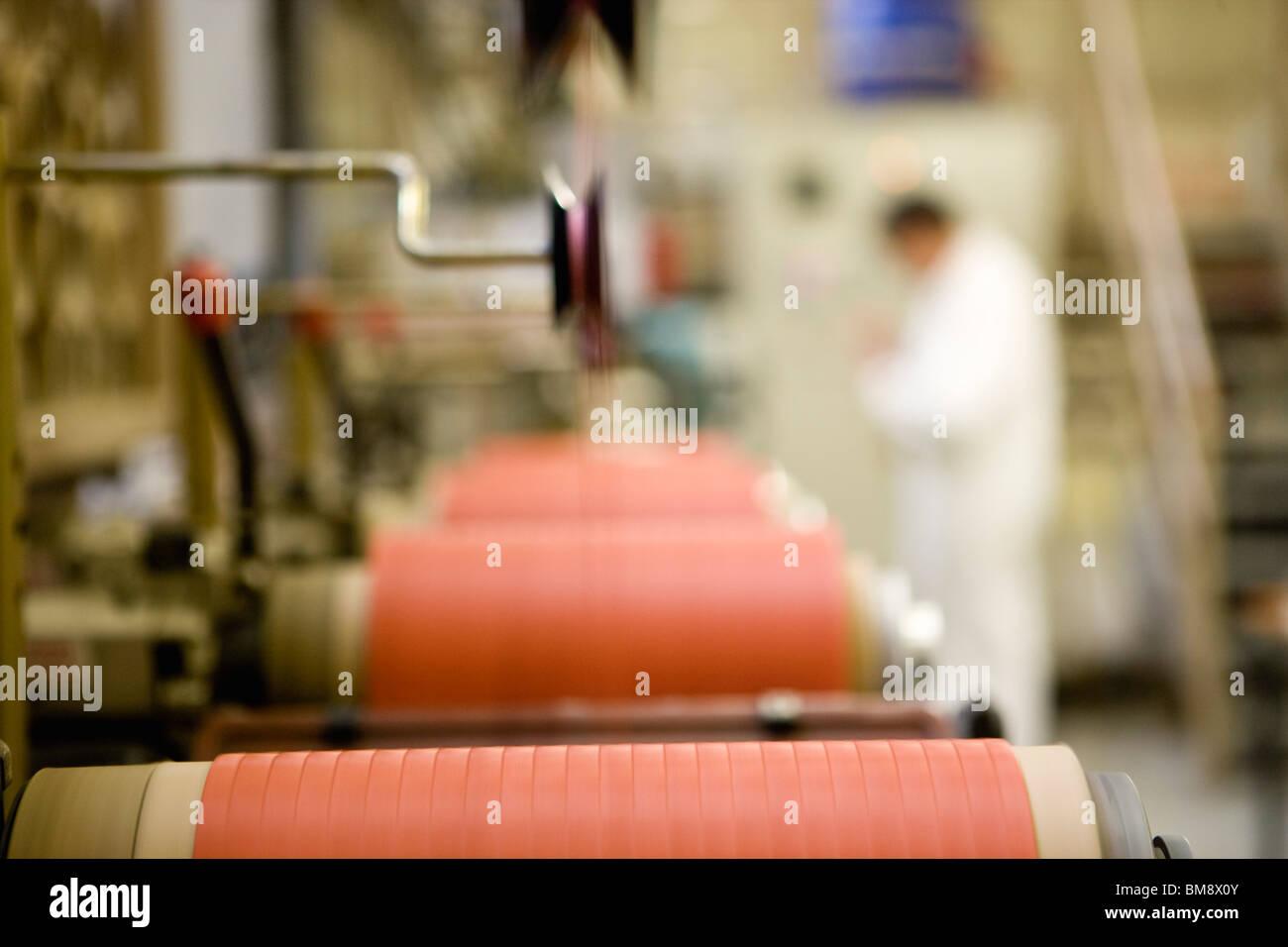 Riciclabile tessile composito di reparto di fabbricazione di fabbrica, macchinista lavorando sulla filettatura macchina Immagini Stock