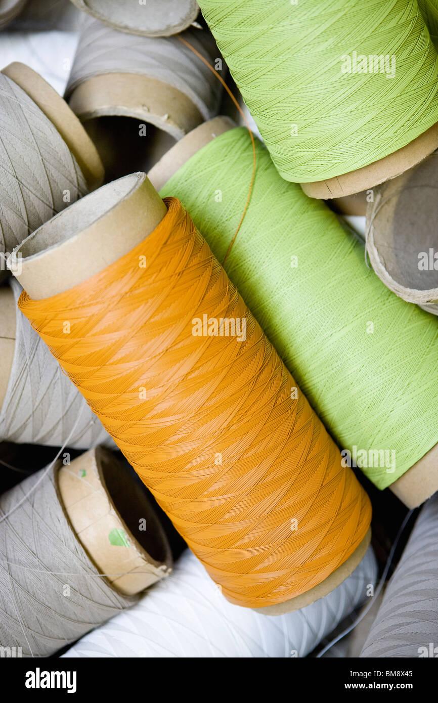 Riciclabile tessile composito di reparto di fabbricazione di fabbrica, bobine di un eccesso di filo rivestito Immagini Stock