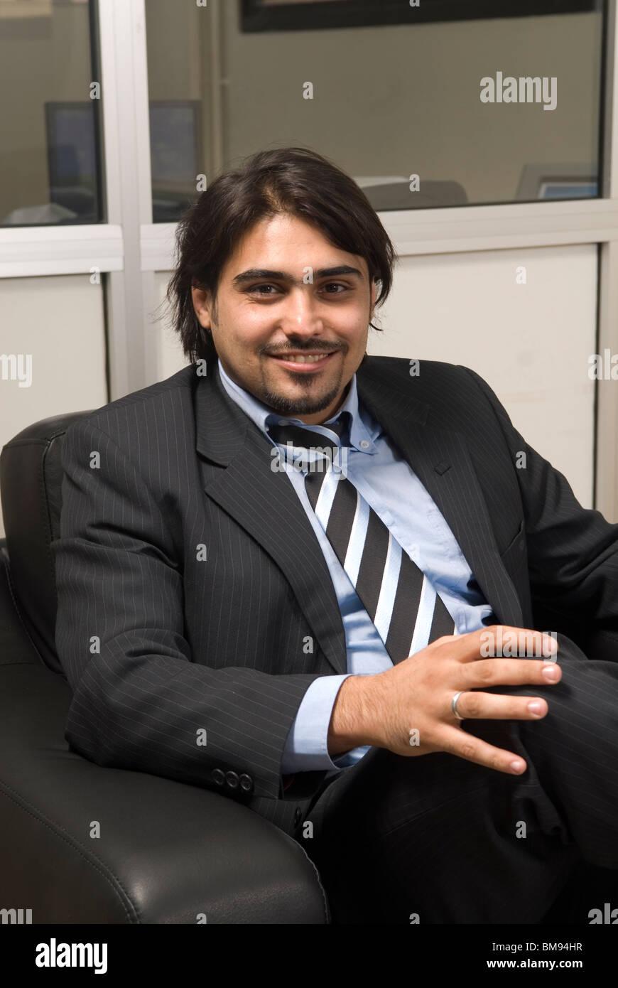 Imprenditore sorridente sat all'interno di office sorridente Beirut Libano Medio Oriente Immagini Stock