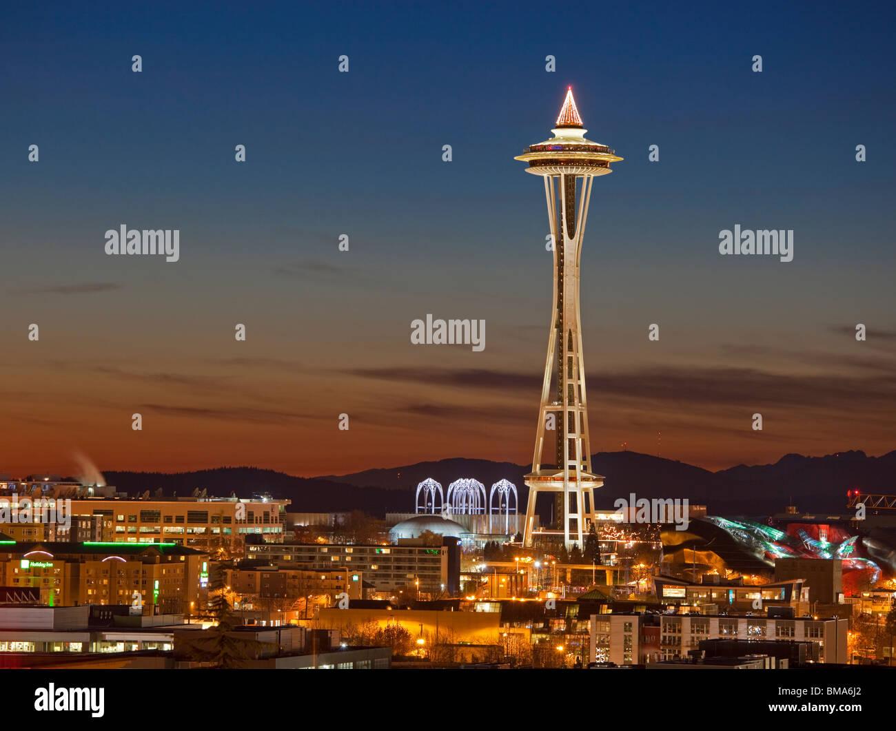 Seattle, WA cielo invernale colori crepuscolo dietro lo Space Needle e il Seattle Center, dalla prima collina Immagini Stock