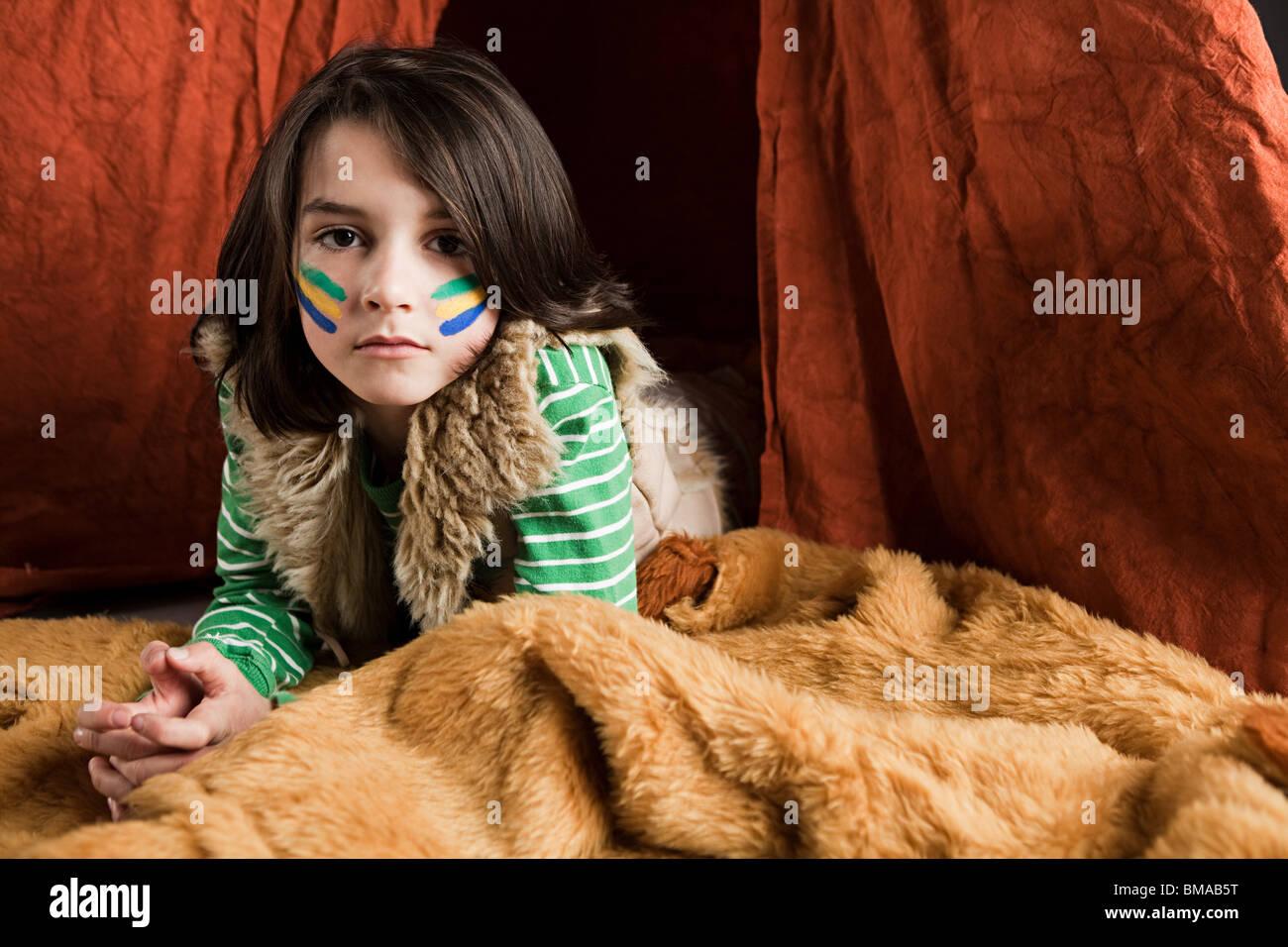Ragazzo giovane vestito in Native American outfit Immagini Stock