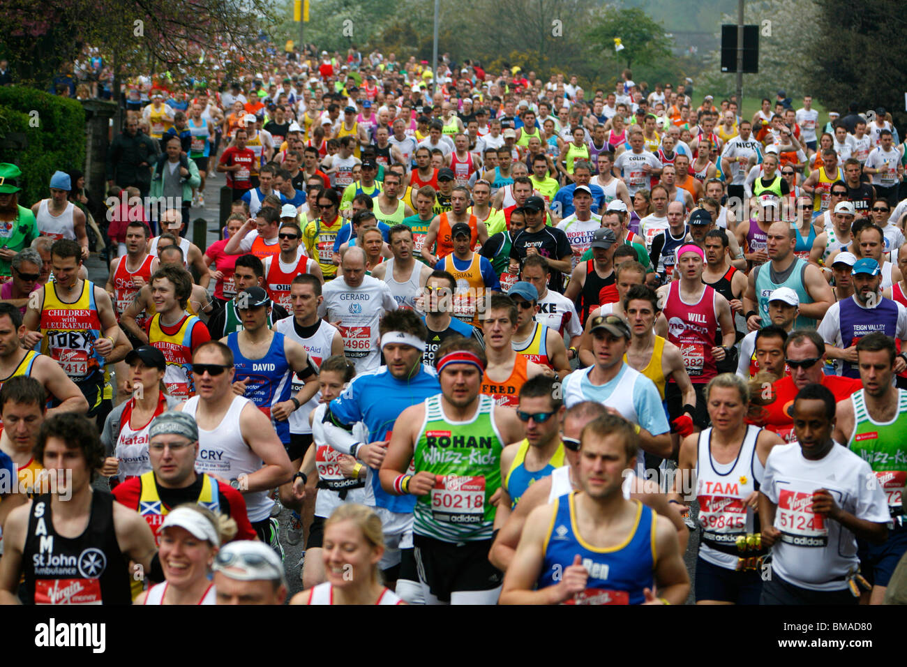 Londra corridori della maratona che corre lungo Charlton modo, Blackheath, London, Regno Unito Immagini Stock