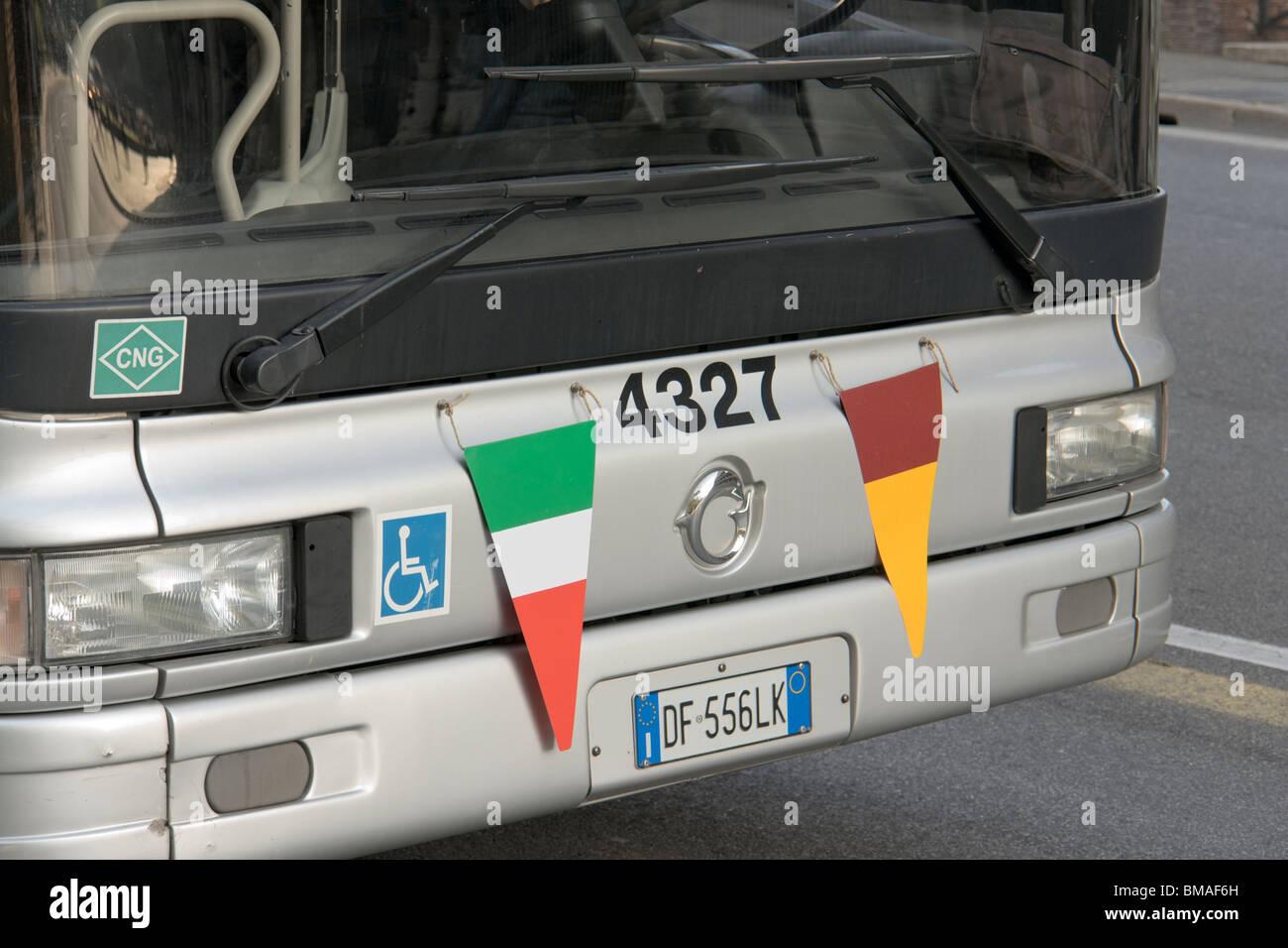 Roma, Italia. Un bus che porta la bandiera italiana (sinistra) e la bandiera romana (a destra). Immagini Stock