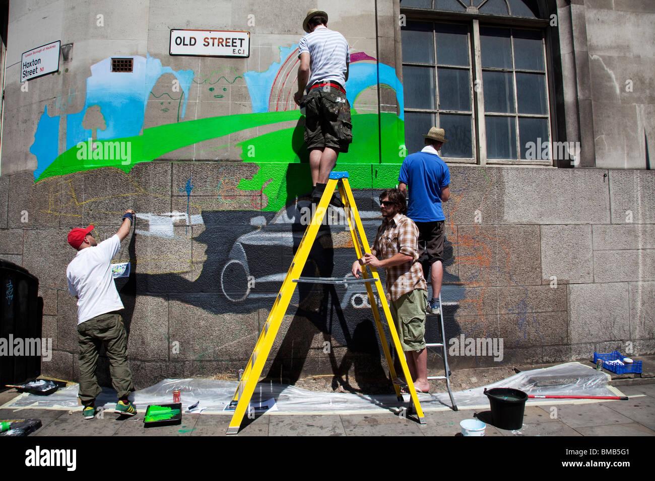 Una scala grande annuncio è dipinta su un muro sulla vecchia strada nella zona est di Londra. Questo si trova Immagini Stock