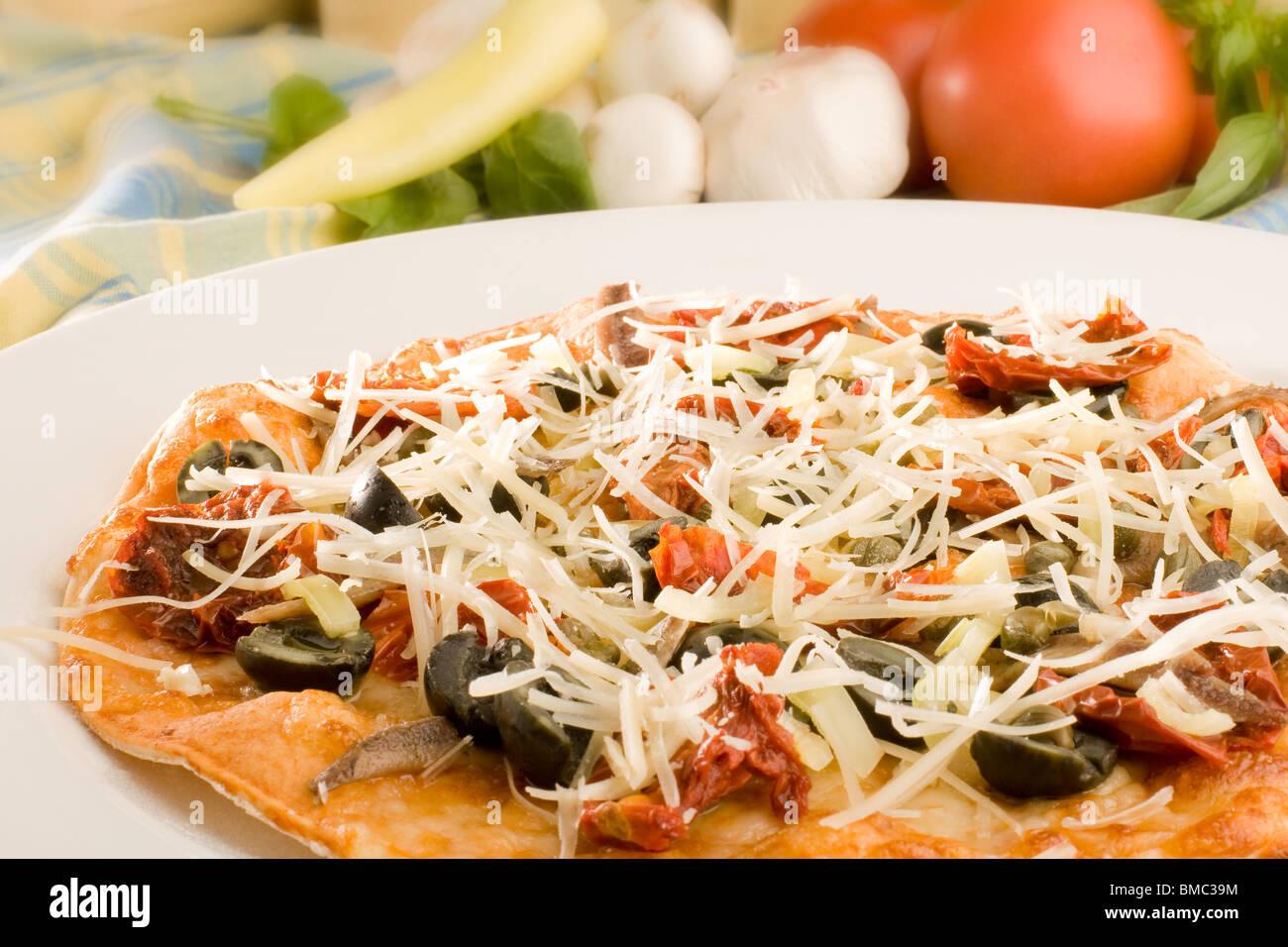 Pizza con olive e formaggio parmigiano Immagini Stock