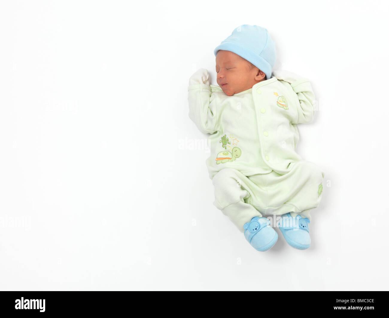 Neonato bambino addormentato isolati su sfondo bianco Immagini Stock