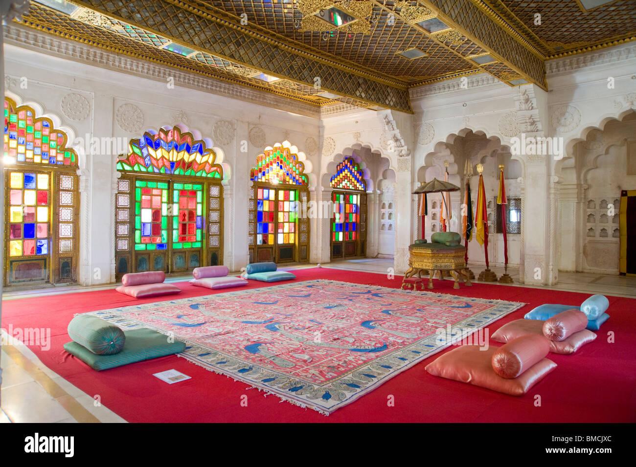 Colorate in vetro colorato del Maharaja della sala del trono, Forte Mehrangarh Jodhpur Rajasthan in India Immagini Stock