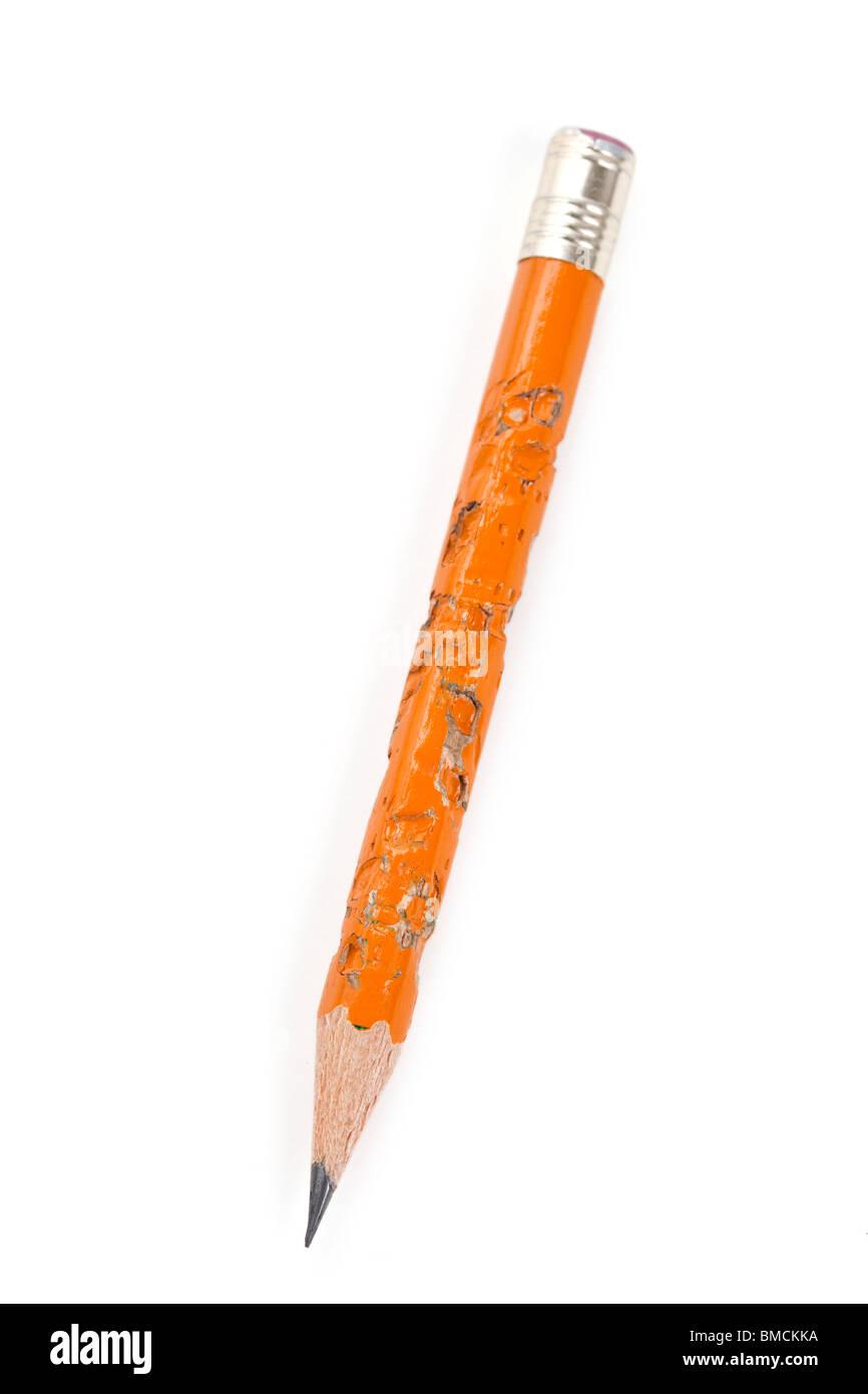 Mordere una matita con sfondo bianco Immagini Stock