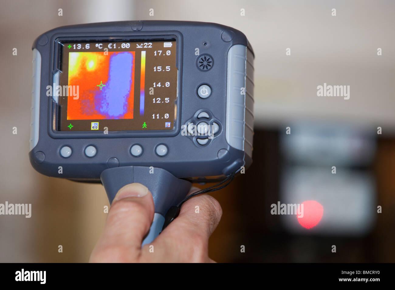 Una termocamera ad infrarossi mostra la perdita di calore da apparecchi elettrici. Immagini Stock