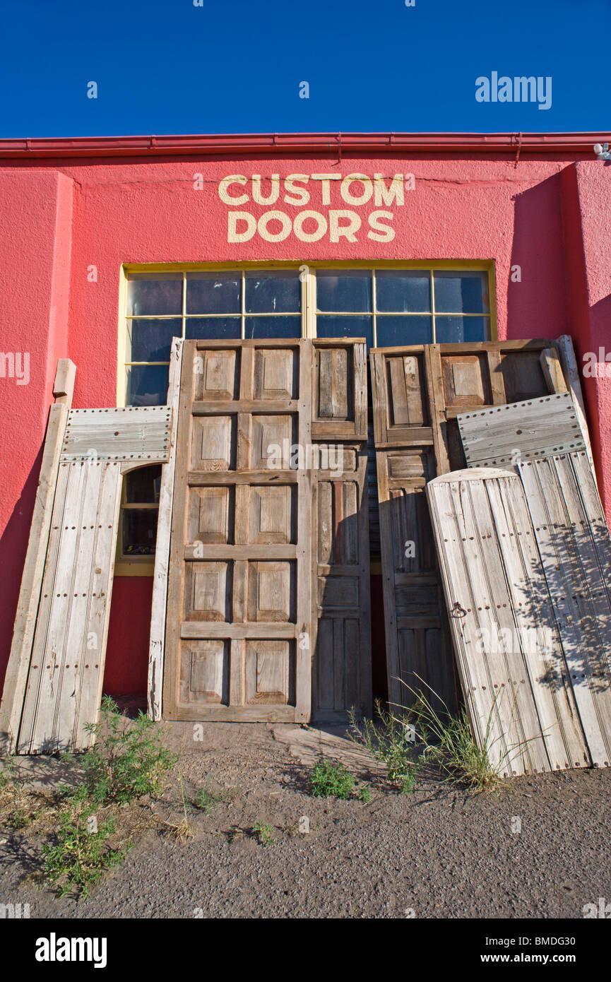 Vecchio stile e antiche porte di legno può essere trovato in questa tappa turistica in Carrizozo, Nuovo Messico. Immagini Stock