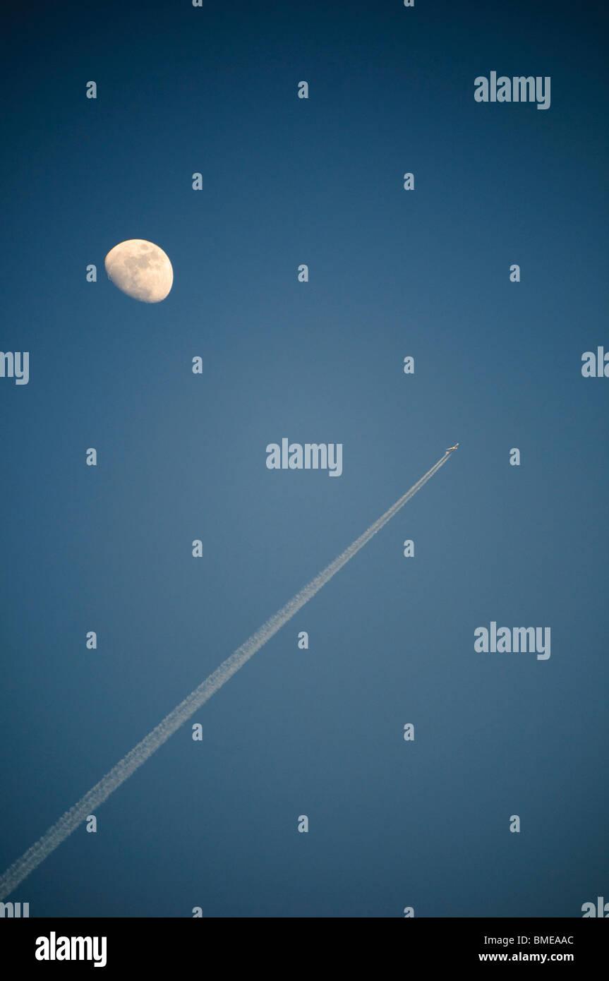 Jet aereo contrail e mezza luna Immagini Stock
