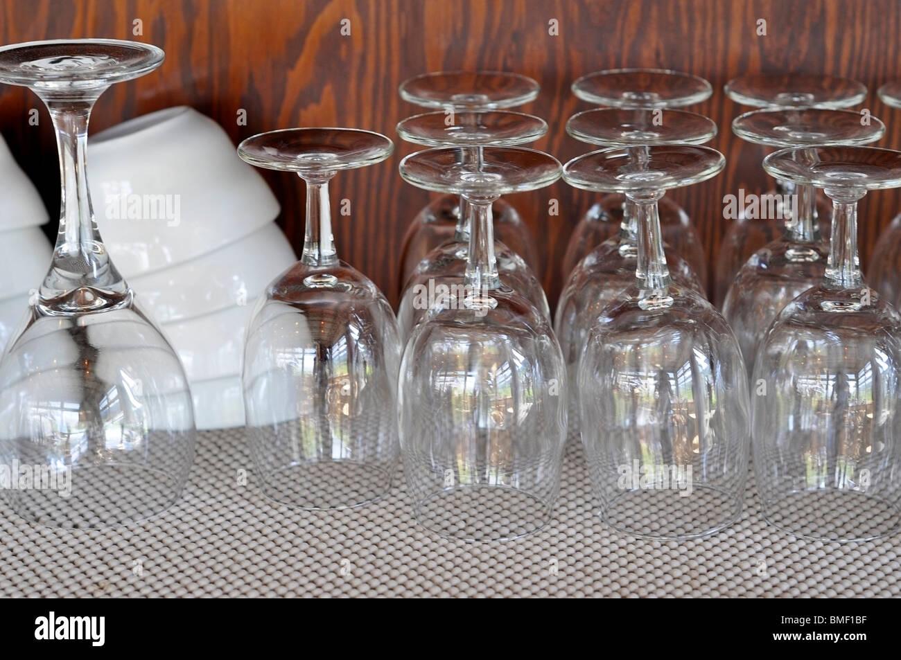 Bicchieri vuoti sul ripiano. Immagini Stock