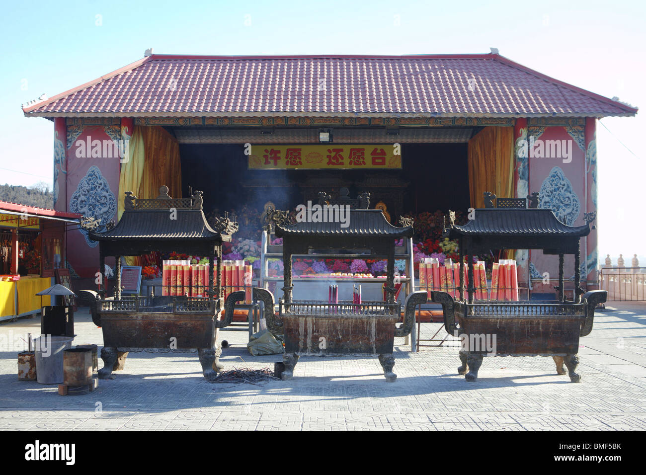 La preghiera buddista richiesta Hall, Tempio di Luce Divina, Badachu Park, Pechino, Cina Immagini Stock