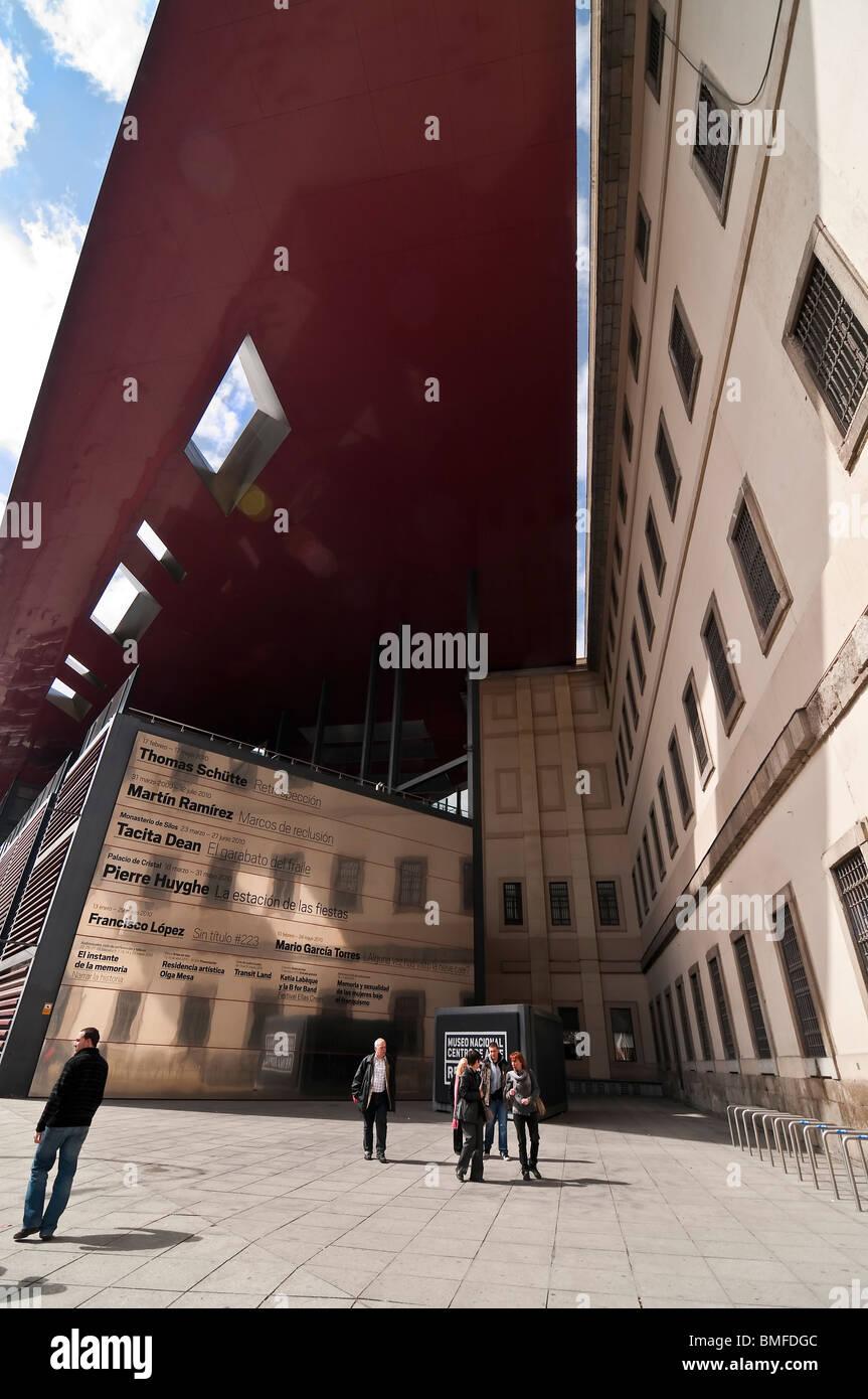 Parte del nuovo futuristico; ala progettato dall architetto Jean Nouvel presso il Centro de Arte Reina Sofia di Immagini Stock