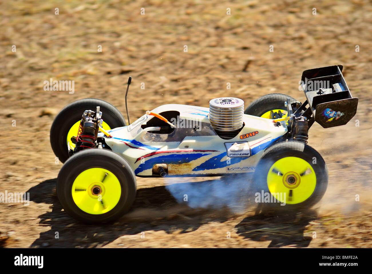 Un modello di vettura da corsa in accelerazione che si allontana da un salto su una pista sterrata. La sfocatura Immagini Stock