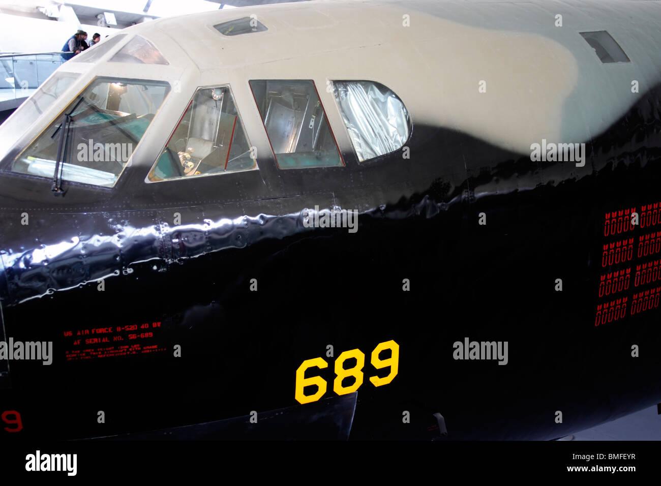 Cockpit del Boeing B-52D Stratofortress Duxford Aero Museum - parte del museo imperiale della guerra. La Boeing B Stratofortress Foto Stock
