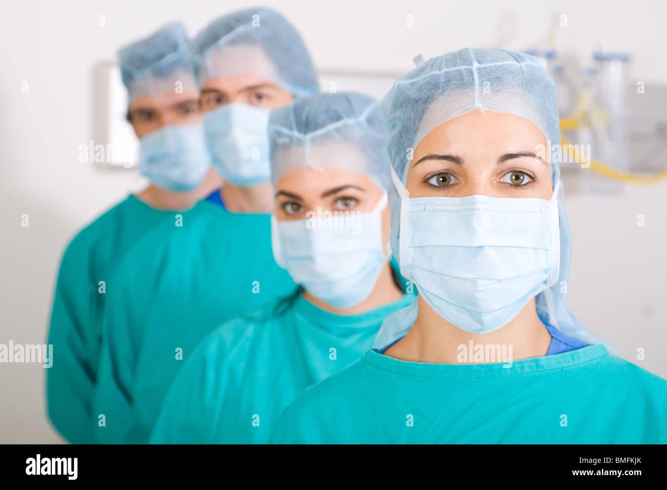 I professionisti medici con maschere Immagini Stock