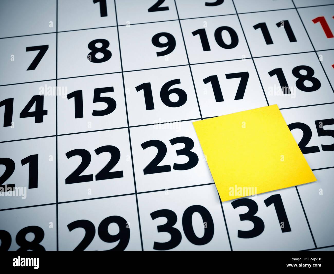 Close up di un fustellato nota adesiva su un calendario. Immagini Stock
