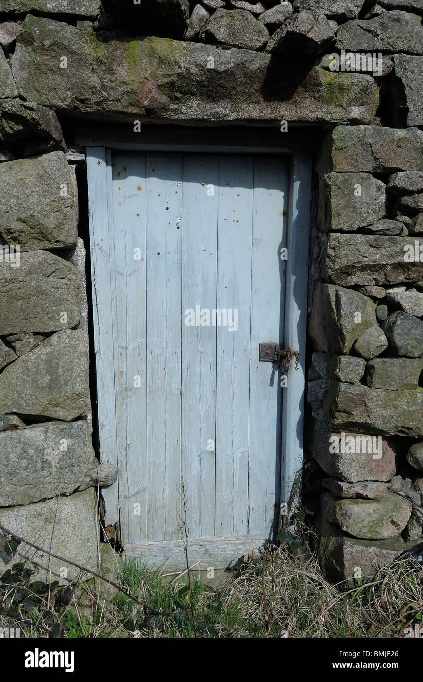 Vecchia porta blu sulla costruzione di pietra Immagini Stock