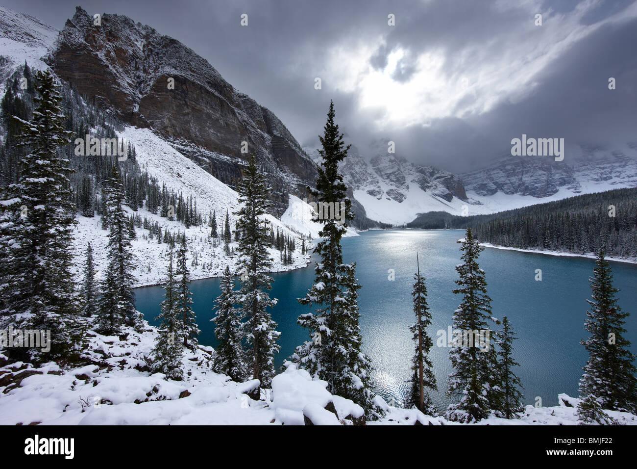 Una leggera nevicata fresca al Lago Morraine nella Valle dei Dieci Picchi, il Parco Nazionale di Banff, Alberta, Immagini Stock
