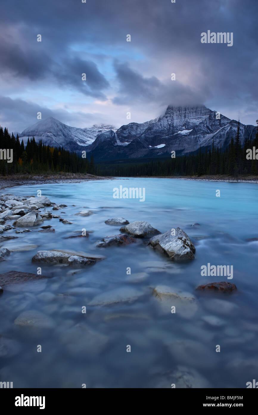 Il Fiume Athabasca con picco di drago e il Winston Churchill gamma all'alba, il Parco Nazionale di Jasper, Alberta, Immagini Stock
