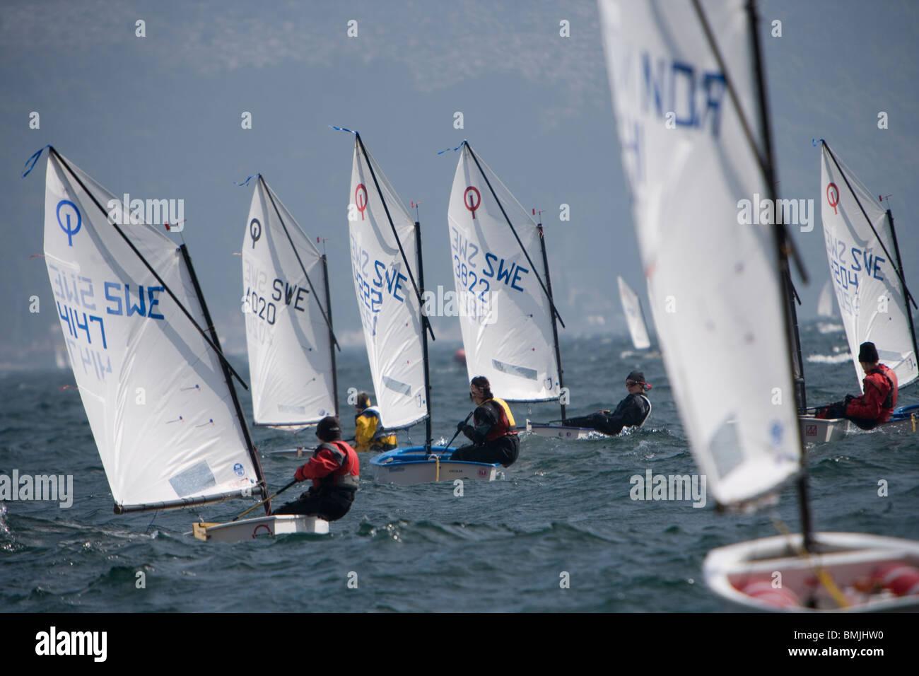 Vista delle barche a vela racing nel lago Immagini Stock