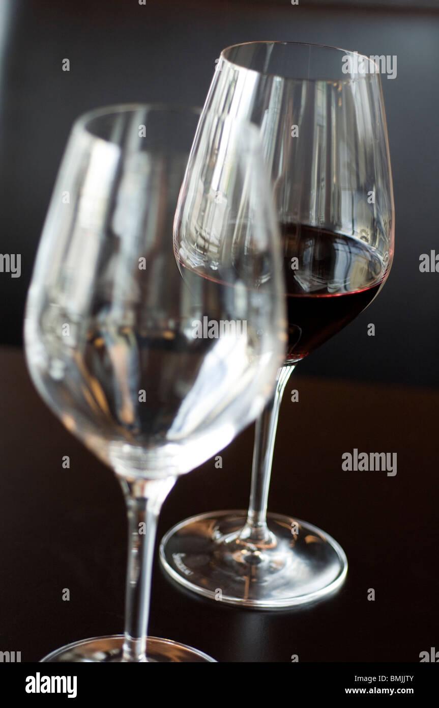 Vista di due bicchieri di vino con un bicchiere di vino rosso, close-up Immagini Stock