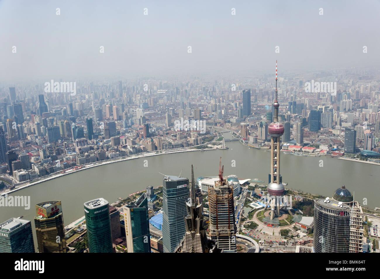Lo smog e inquinamento sulla città visto dal di sopra, Shanghai, Cina Immagini Stock
