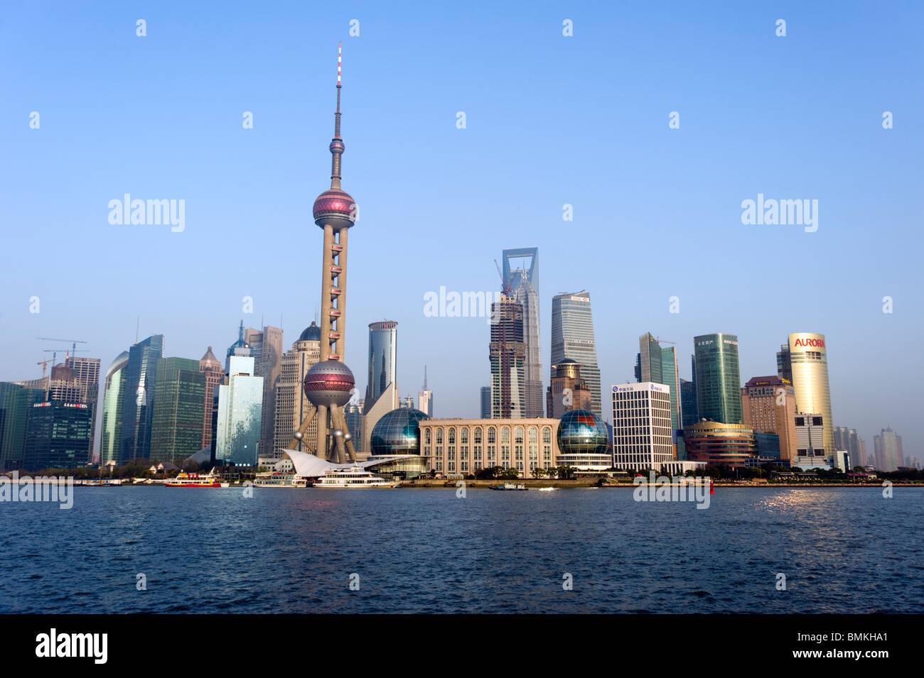Vista sul fiume Huangpu waterfront e dello skyline della città, Shanghai, Cina Immagini Stock