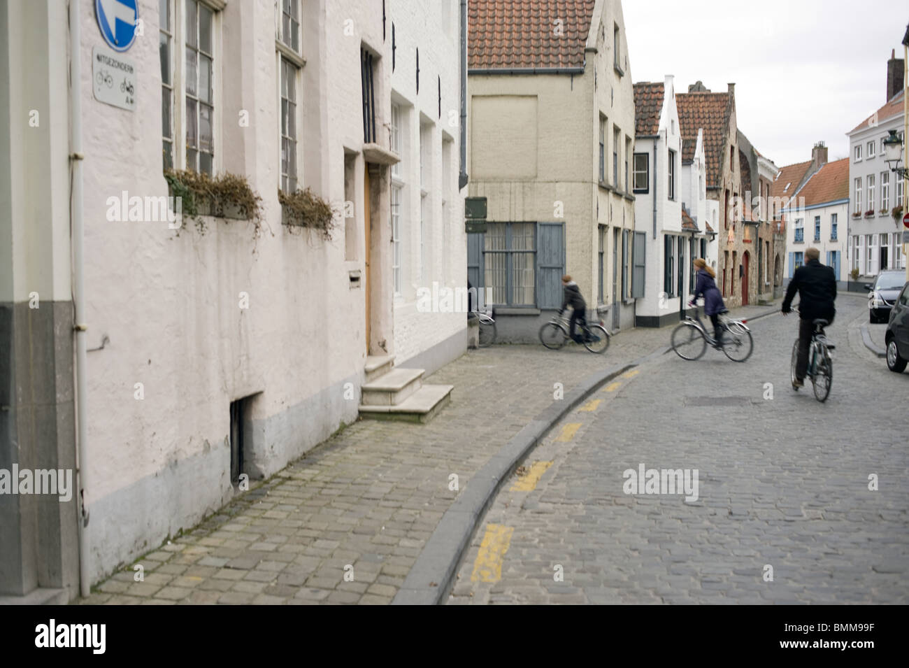 4 vélos alignés, courbe, virage, famille à vélo, ville allineare 4 biciclette, curva, piegare, Immagini Stock
