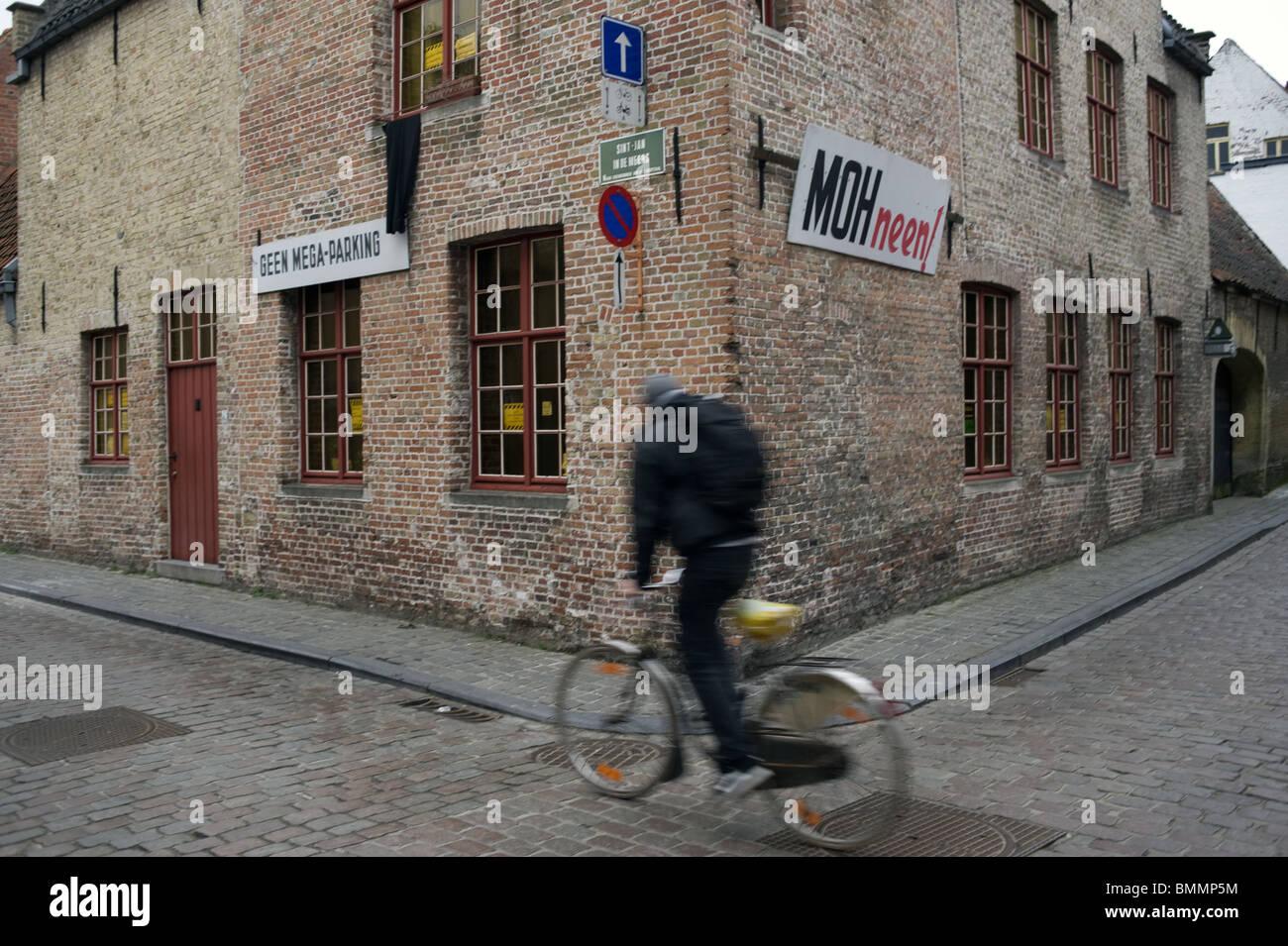 Vélo, maison en brique, coin de l'imeuble, vitesse ciclismo, casa di mattoni, angolo della casa che viene Immagini Stock