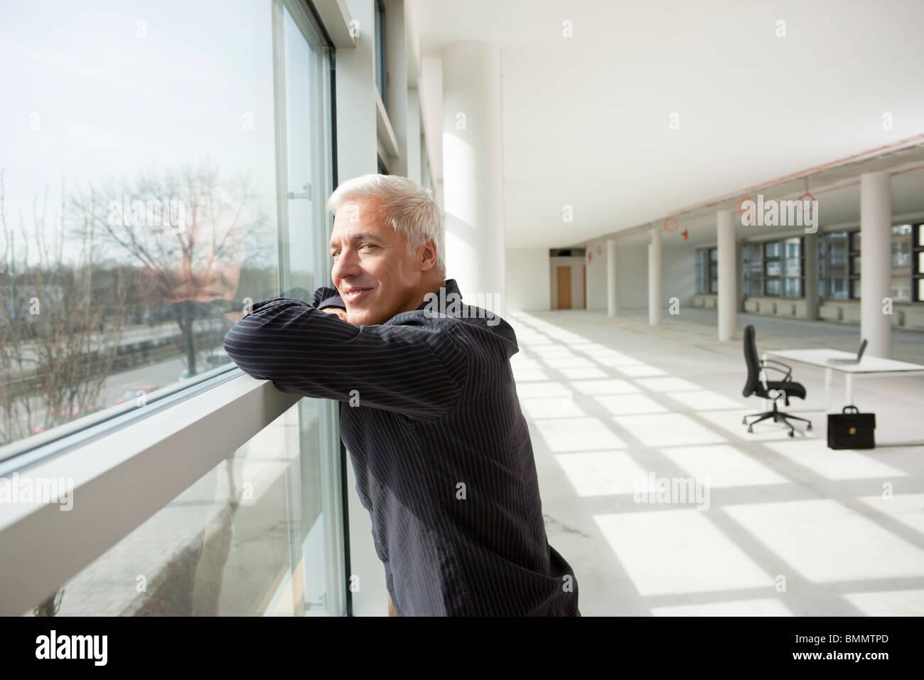 Imprenditore pensando al futuro ufficio Immagini Stock