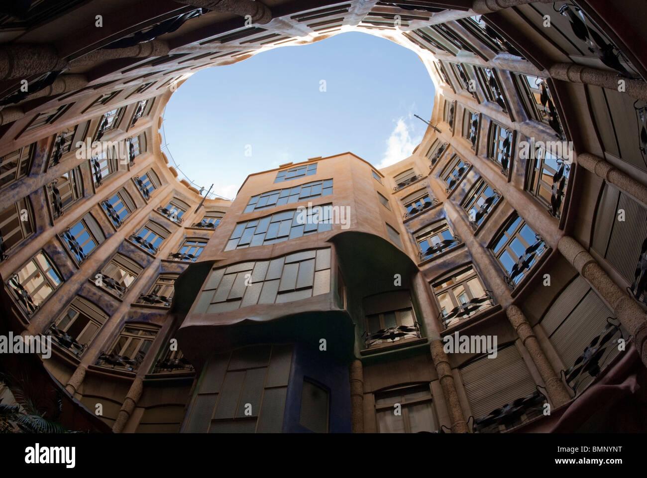 Casa Mila guardando fino all'interno del condominio Immagini Stock