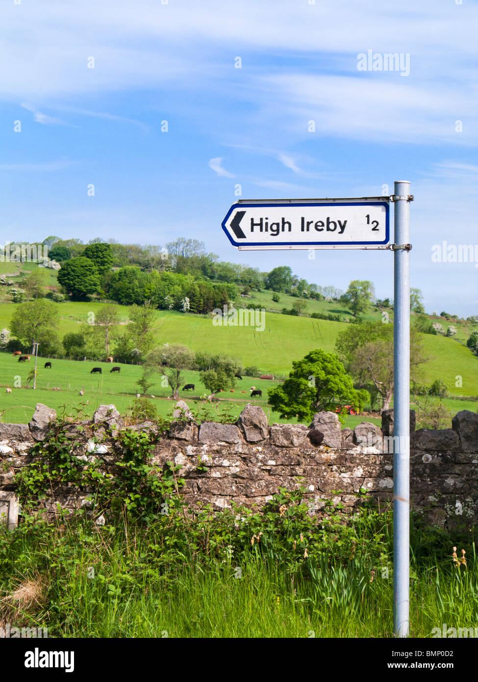 Cartello stradale, al villaggio locale di alta Ireby, nel distretto del lago campagna, REGNO UNITO Immagini Stock