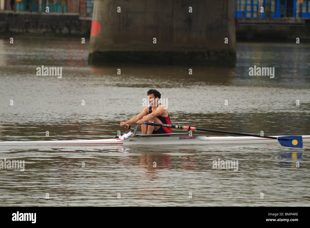 Un vogatore sul fiume Shannon nella città di Limerick, Rep di Irlanda Immagini Stock