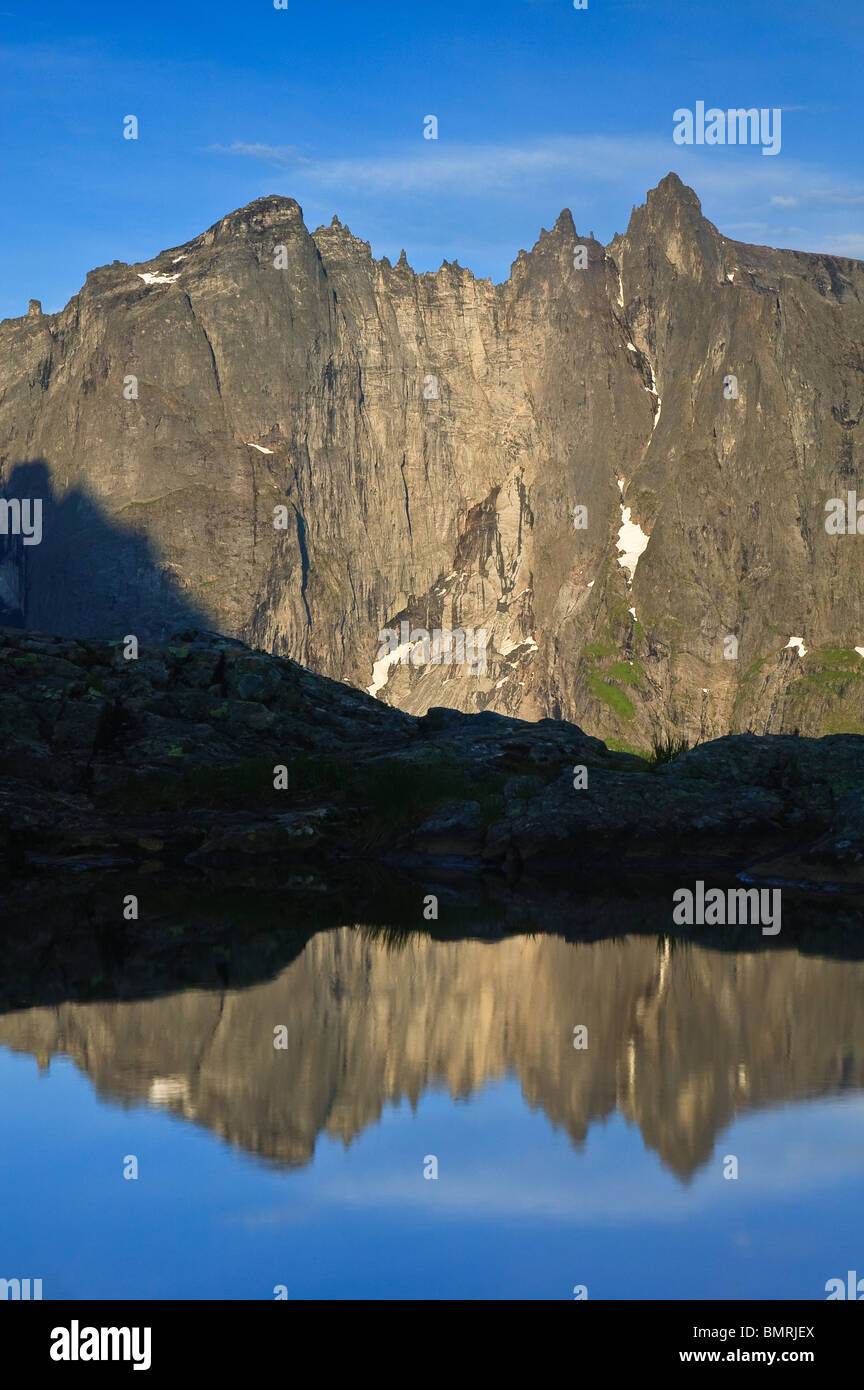 Il 3000 piedi verticale Parete Troll e riflessi nella valle Romsdalen, Rauma kommune, Møre og Romsdal fylke, Norvegia. Foto Stock