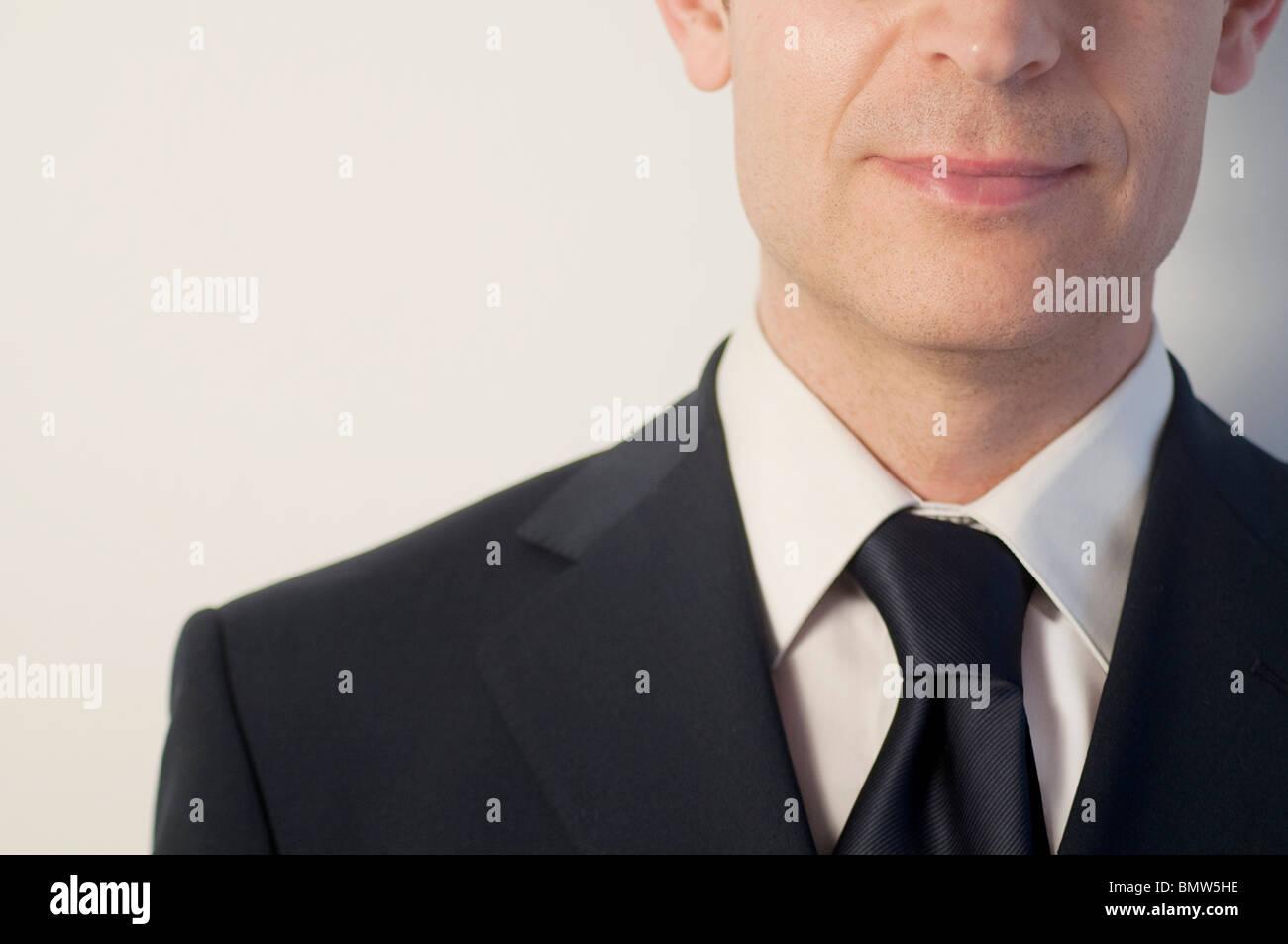 L'uomo indossare tuta blu e cravatta. Viso e spalle. Chiudere la vista. Immagini Stock