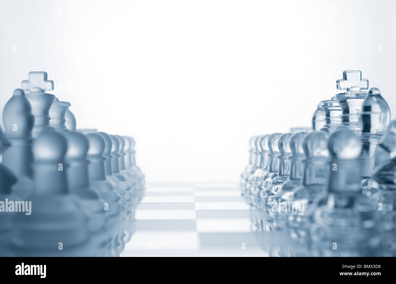 In vetro trasparente di pezzi di scacchi Immagini Stock