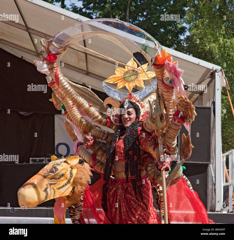 Attore raffigurante la dea Indù Durga dalla FIPA troup di stilt-walking attori' prestazioni di 'Natura Immagini Stock